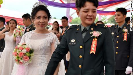 Das frisch verheiratete gleichgeschlechtliche Ehepaar Chen Ying-hsuan (R) und Li Li-chen nehmen an einer Massenhochzeit im Hauptquartier des taiwanesischen Armeekommandos in Taoyuan teil.