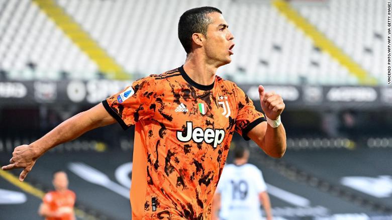 Cristiano Ronaldo merayakan mencetak gol melawan Spezia.