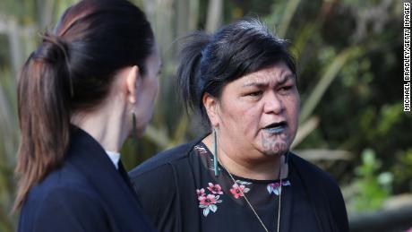 Ministre du développement maori Nanaia Mahuta lors d'une visite de l'Institut des arts et de l'artisanat maori de Te Puia en Nouvelle-Zélande le 19 mai 2020 à Rotorua, en Nouvelle-Zélande.