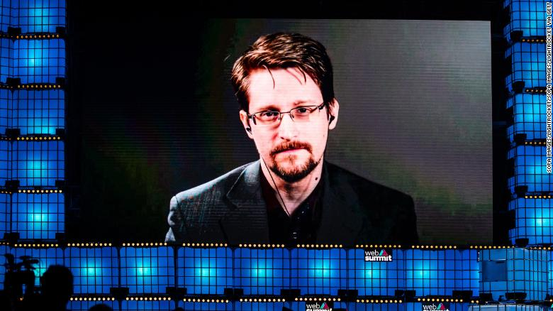 Edward Snowden says he will apply for Russian citizenship
