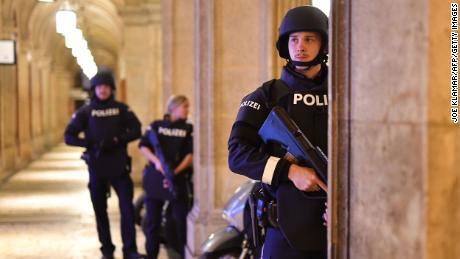 Des policiers armés patrouillent un passage près du site de l'attaque lundi.