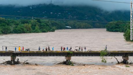 People are flooding the Humuya River after heavy rains caused by Hurricane Eta in Santa Rita, Yoruba.