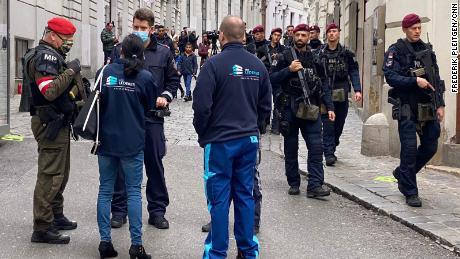 La police et les forces militaires sont vues mercredi dans la Seitenstettengasse, à Vienne.