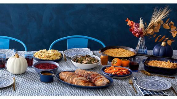Fiesta de preparación de comidas de Acción de Gracias con delantal azul