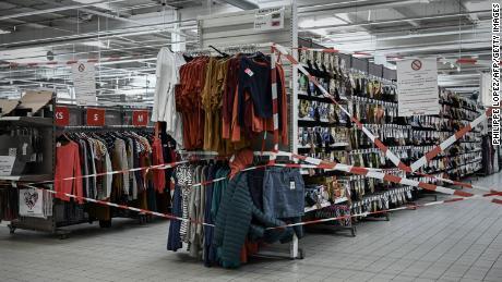 Un avis est affiché mercredi au département des vêtements fermés d'un supermarché de Bordeaux, au sixième jour du lock-out national.
