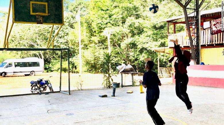 Maryam Al-Sabawi, kanan, berlatih bersama Abdul-Qaadir di desa Amazon di Ekuador saat dalam perjalanan kemanusiaan.