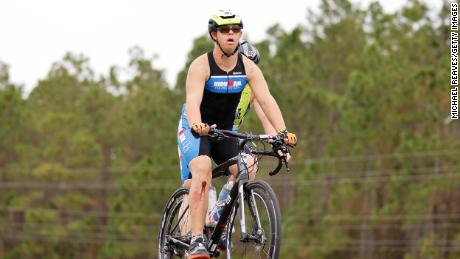 Chris Nikic compite en la parte de bicicletas con su guía, Dan Grieb, durante el Ironman Florida.