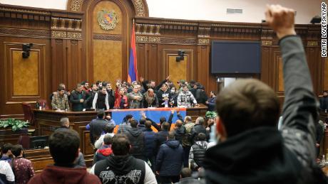 Azerbaijan, Armenia and Russia sign a peace agreement on Nagorno-Karabakh