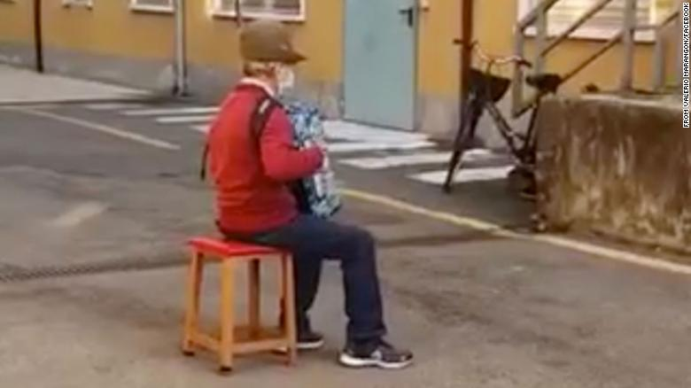 This 81-year-old Italian man couldn't visit his wife in hospital, so he serenaded her from the street