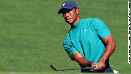 Woods melakukan tembakan selama putaran latihan di Augusta.