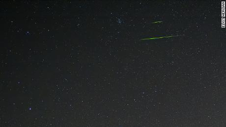 A veces, los meteoros Leónidas pueden atravesar el cielo con colores brillantes.  El color del meteoro depende del metal del meteoro, y para esos verdes, probablemente era magnesio, según la NASA.