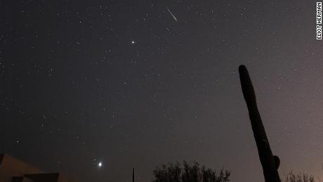 Un meteoro Leónidas se dispara hacia el cielo en Tucson, Arizona, con Júpiter y Venus visibles también.