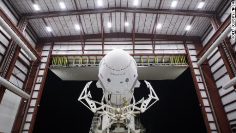 یک موشک SpaceX Falcon 9 با یک فضاپیمای Crew Dragon در حالی قابل مشاهده است که از تاسیسات یکپارچه سازی افقی در مجتمع پرتاب 39A خارج می شود زیرا تدارکات ماموریت Crew-1 در ماه نوامبر ادامه دارد.