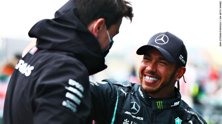 Hamilton dengan kepala Mercedes Toto Wolff.