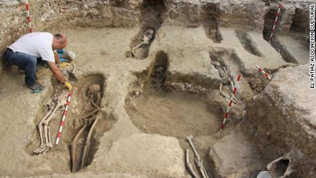 Archaeologists in Spain find 400 tombs in ancient Islamic necropolis