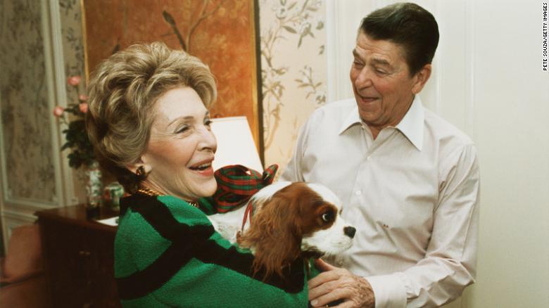 Il presidente Ronald Reagan e sua moglie Nancy con il loro cane Rex nel 1985.