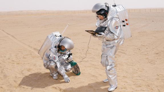 Analog astronauts Iñigo Muñoz Elorza and Carmen Köhler perform an experiment during the 2018 mission in Oman.