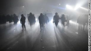 I legislatori francesi approvano un controverso disegno di legge che limita la pubblicazione di immagini di polizia