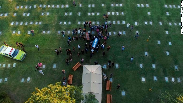Vista aerea della sepoltura della leggenda del calcio argentino Diego Armando Maradona.