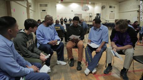 Sy Green, au centre, et Jason Bryant, à droite, participent au groupe de lecture.
