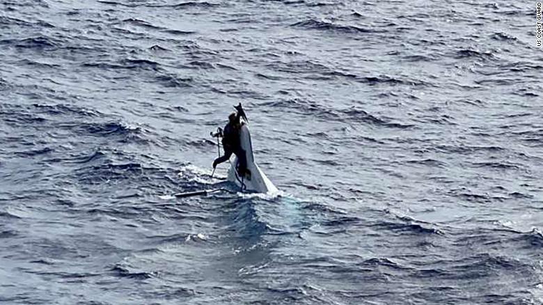 Navegante desaparecido es encontrado aferrado a un bote.