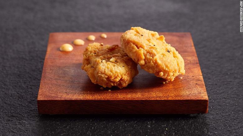 I bocconcini di pollo contenenti carne coltivata in laboratorio debutteranno in un ristorante di Singapore prima di essere distribuiti più ampiamente in tutto il paese.