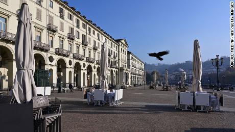 Une terrasse de café fermée sur la Piazza Vittorio Veneto au centre-ville de Turin, en Italie, en novembre.