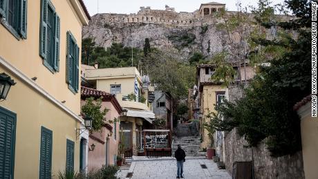 Les travailleurs informels tombent à travers les filets de sécurité sociale, en particulier dans des secteurs tels que le tourisme. Sur la photo, l'Acropole d'Athènes le 12 novembre lors du deuxième verrouillage de la Grèce.