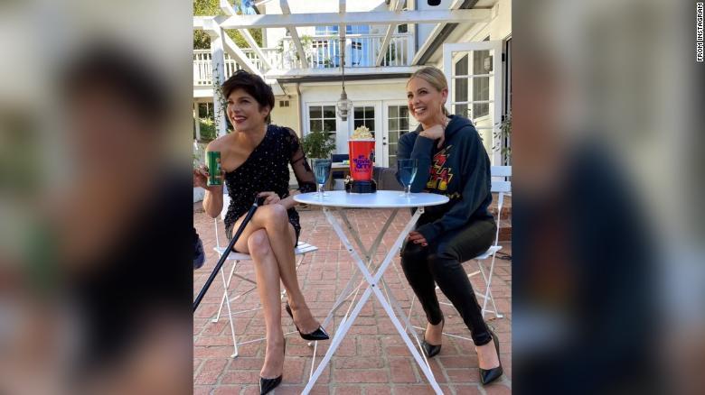 Selma Blair and Sarah Michelle Gellar reenact that famous 'Cruel Intentions' kiss