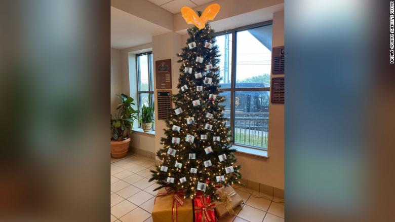 Alabama sheriff's office deletes photo of Christmas tree with 'thugshots' after backlash