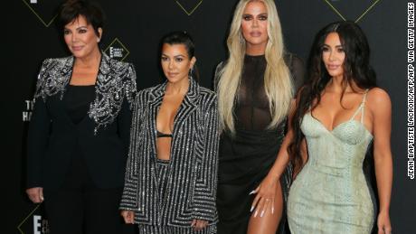 (De gauche à droite) Kris Jenner, Kourtney Kardashian, Khloé Kardashian et Kim Kardashian arrivent pour le 45e E! People's Choice Awards à Santa Monica, Californie, le 10 novembre 2019.