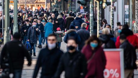 Les acheteurs passeront devant l'avenue Kurfürstendamm à Berlin le 6 décembre.