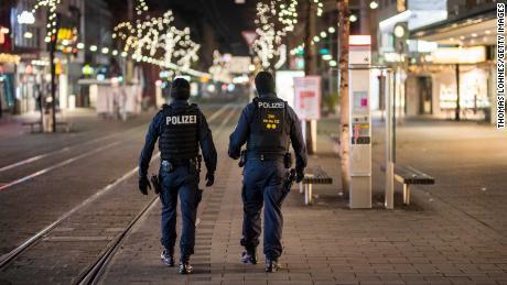 Le 8 décembre, des policiers marchent dans une zone piétonne vide de Mannheim, l'une des nombreuses villes allemandes à avoir imposé un couvre-feu après 21 heures.
