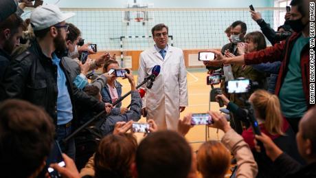 Alexander Murakhovsky, médecin en chef de l'hôpital d'urgence n ° 1 d'Omsk, parle aux journalistes du traitement de Navalny. Les décisions sur l'opportunité de libérer Navalny allaient et venaient.