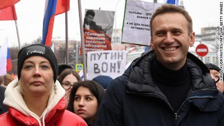 Alexey Navalny et sa femme, Yulia, défilent à la mémoire du critique du Kremlin, Boris Nemtsov, tué à Moscou en 2019. Yulia est tombée malade pendant des vacances à Kaliningrad.