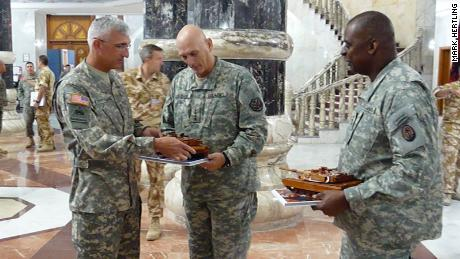 El teniente general retirado Mark Hertling (izquierda), junto con el general Ray Odierno (centro) y el entonces teniente.  El general Lloyd Austin (derecha) en el palacio de Al-Faw en Bagdad, Irak, en 2008.