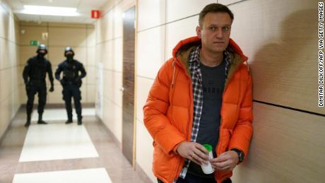 Le chef de l'opposition russe Alexey Navalny, photographié près des forces de l'ordre dans sa Fondation anti-corruption à Moscou l'année dernière, est toujours sous surveillance.