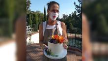 Elaine Ardizzone, propriétaire de Sweet Cheeks Baking Company à San Diego, livre un petit gâteau de mariage.