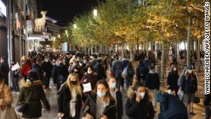 People crowd the Zeil shopping street in Frankfurt on December 15, the last day before a national lockdown.