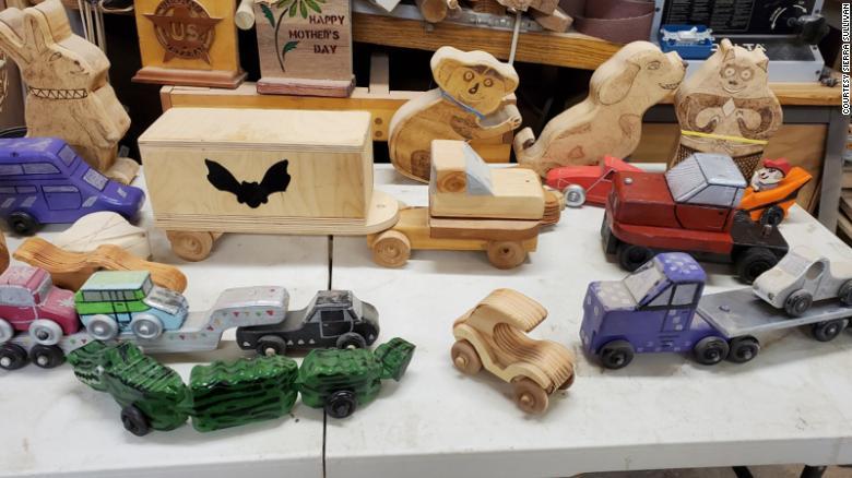 Mike Sullivan crea i propri schemi e ne modifica gli altri.  Compra il legname, le ruote, gli assi e fa tutto il taglio, la perforazione e la levigatura.