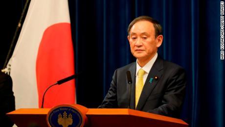 Japonský premiér Jošihide Suga vystúpil s prejavom počas tlačovej konferencie po zasadnutí parlamentu v Tokiu 4. decembra 2020.