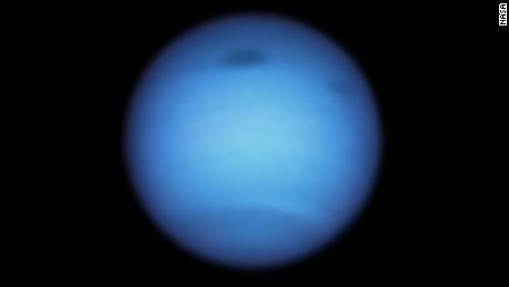 Αυτό το στιγμιότυπο διαστημικού τηλεσκοπίου Hubble του Ποσειδώνα αποκαλύπτει μια τεράστια σκοτεινή καταιγίδα (πάνω κέντρο) και την εμφάνιση ενός μικρότερου σκοτεινού σημείου κοντά (πάνω δεξιά).