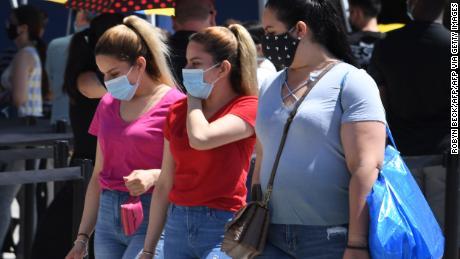 Государства, имеющие большое количество случаев коронавируса, вводят или продлевают медицинские предписания