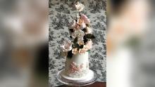 Ils peuvent commander des gâteaux de mariage beaucoup plus petits, mais les couples veulent toujours qu'ils aient l'air glamour.