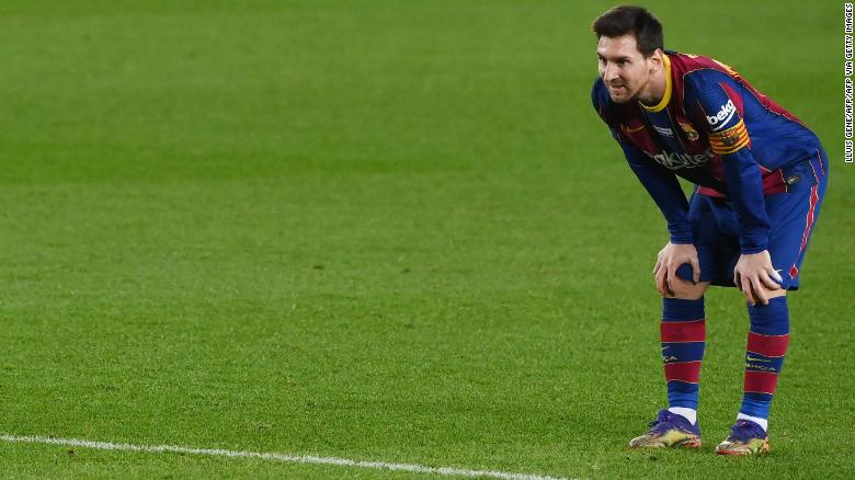 Messi menyaksikan saat imbang Barcelona dengan Valencia pada Sabtu.