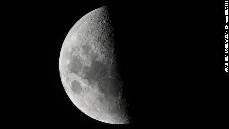 À l'aide de l'intelligence artificielle, des scientifiques chinois ont identifié plus de 109000 cratères lunaires auparavant non reconnus sur la surface de la lune.  La lune est représentée ici, vue de Buenos Aires le 21 décembre.