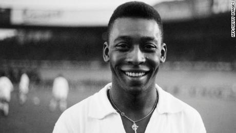 El delantero brasileño Pelé, con su camiseta del Santos, sonríe antes de jugar un amistoso en 1961.
