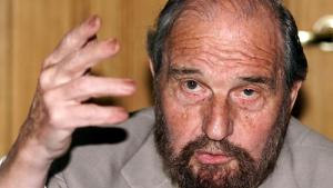Soviet secret agent George Blake gestures as he speaks at a presentation of a book of letters written by other spies from a British prison, in Moscow June 28, 2001. Blake -- a notorious traitor in Britain and legendary hero in Russia -- escaped from a British jail in 1966 while serving a 42 year sentence for passing secrets to Moscow./File Photo Alexander Natruskin/Reuters