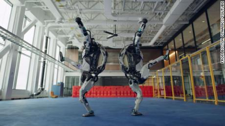 ربات های Boston Dynamics را که با رقص در & # 39؛  آیا من را دوست داری & # 39؛