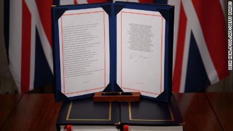 صورة تظهر توقيع رئيس الوزراء البريطاني بوريس جونسون على اتفاقية التجارة والتعاون بين المملكة المتحدة والاتحاد الأوروبي في 10 داونينج ستريت بلندن في 30 ديسمبر.